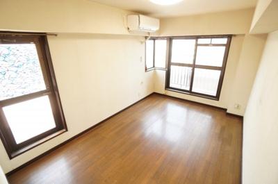 【西側洋室約9帖】 ルーフバルコニーに面する居室は 2面採光。 部屋が広く明るさがとても素敵です。 ウォークインクローゼットも完備。 荷物も部屋に溢れる事なく広く使えそうですね。