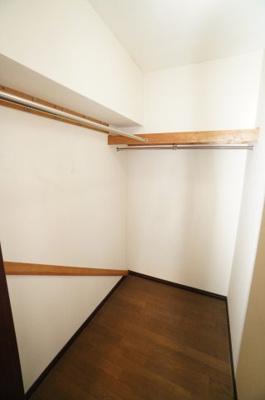 【西側洋室約9帖WIC内】 たっぷり収納! コートやスーツだけでなく、収納棚を中にしまえば ニットやパンツも中にしまえて お部屋をすっきりとお使いいただけます! お部屋のコーディネートと幅が広がります