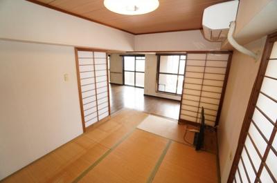 【Japanese-style room】 リビングに隣接した和室。 冬はコタツを置いたり、優しい畳の感触は 赤ちゃんのお昼寝にもぴったりです! 居室スペースとしてだけでなく、 客間としても!