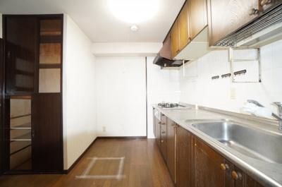 【使いやすさ!】 大きなシンクにゆとりある作業スペース、 お料理もお掃除もしやすい3つ口コンロ、 収納はこの位あると、非常時の食料の備蓄等もでき、 使いやすいキッチンとなっています。