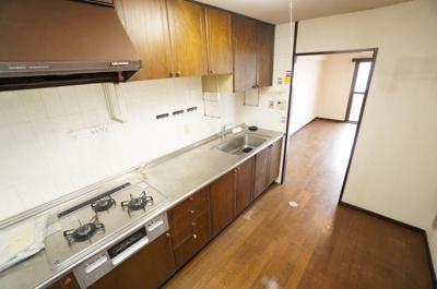 【広さがポイント!】 ご家族みんなで調理ができる位のスペースを実現した キッチン空間となっております。 みんなで作った料理を召し上がりながらの会話は、 きっと楽しいでしょうね♪
