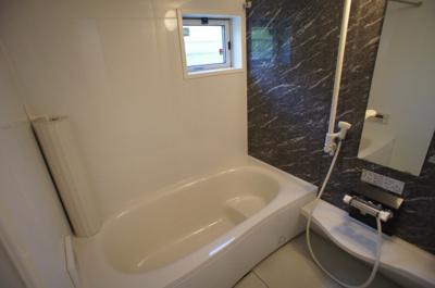 窓付♪広々一坪タイプの浴室♪