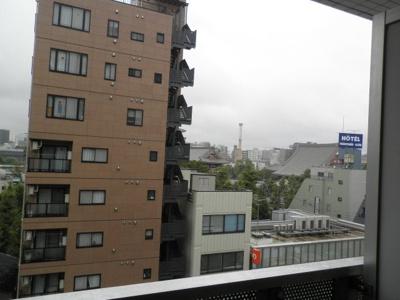正面右側に浅草寺が見えます