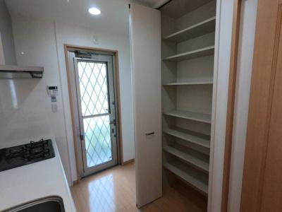 キッチンのすぐ後ろには収納スペースございます!パントリーとしてどうぞ!