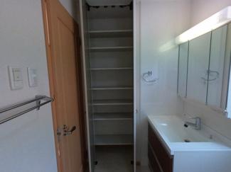 脱衣所にも大きな収納スペースございます!