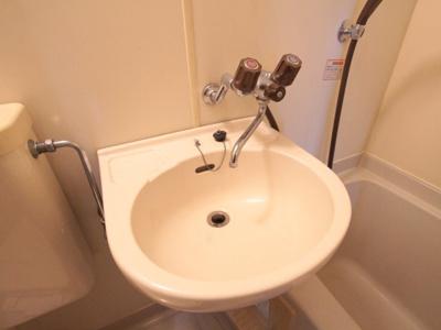 歯磨き粉が飛んでもすぐに洗えますよ。