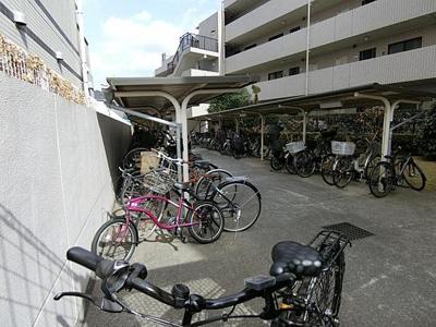 駐輪場は屋根付きで、雨風から自転車を守ります。