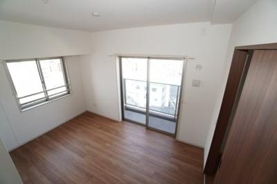 【東側洋室約6.5帖】 サブバルコニーに面する居室は 2面採光。 部屋の広さも一番広く主寝室向きです。 ウォークインクローゼットも完備。 荷物も部屋に溢れる事なく広く使えそうですね。