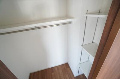 【ウォークインクローゼット部分】 収納の多さも魅力です! 使い勝手の良い収納棚を設置しております。 居住スペースを充分に確保することができる為、 ゆとりある室内で、ゆっくりとご寛ぎいただけます。