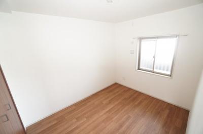 【西側洋室約5.5帖】 居室にはクローゼットを完備し、 自由度の高い家具の配置が叶うシンプルな空間です。 お子様の成長と必要になる子供部屋にするには ぴったりの間取りですね。