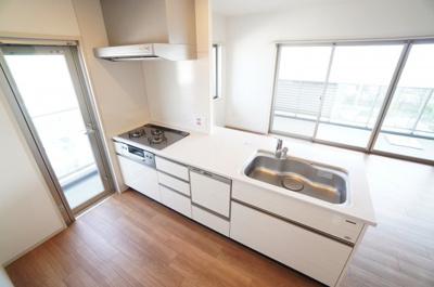 【勝手口を設置!】 明るい自然光が入るキッチン作業スペースを多く。 夫婦そろってキッチンに立っても調理がしやすい! 浄水器一体型ハンドシャワー水栓、 一度に5人分の食器が洗える食器洗い乾燥機付き。