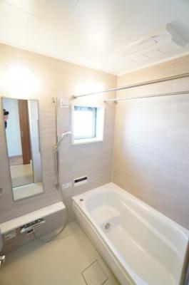 【TOTO社製!】 「魔法瓶浴槽」「ほっからり床」を TOTO独自の技術によりバスタイムを よりよく演出。 更に、浴室暖房乾燥機が標準設備! また、窓も付いていて、 お手入れが楽なシステムバスです。