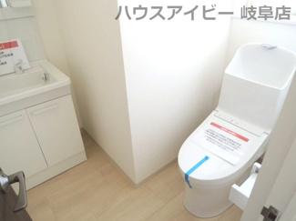 2階のトイレには洗面台も設置されてます♪岐阜市長良子正賀 リフォーム済み戸建て♪