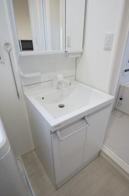 「追い焚き機能付きのゆったりとくつろげるバスルーム」