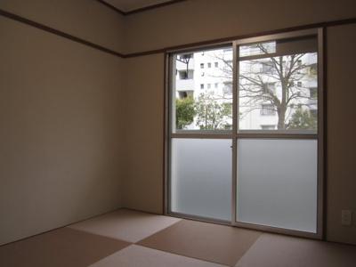 ≪和室≫バルコニーに面した明るいお部屋、お洒落な半畳タタミ敷です。