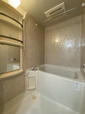 ゆったり過ごせるお風呂です。浴室換気乾燥付です。