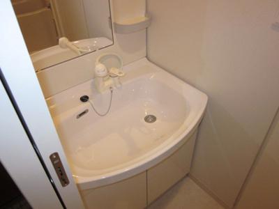 独立洗面台、朝の身支度には欠かせません ※同じタイプの別部屋の写真を使用しています。