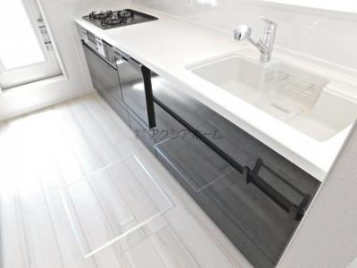 食洗機付、広い作業スペースが確保された対面キッチン