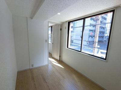 窓際の洋室です。 子供部屋やワークスペースとしても活用できます。
