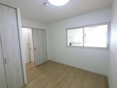廊下側の洋室です。 リビング側に窓が設置されているため明るいです。