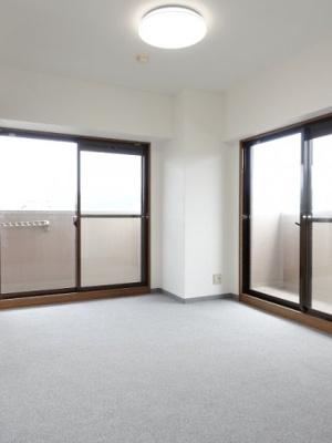 【南側洋室約6.1帖】 メインバルコニーと、サブバルコニーの2面採光の居室は とても明るく主寝室向きです。 また、容量の大きなクローゼットも完備。 荷物も部屋に溢れる事なく広く使えそうですね。