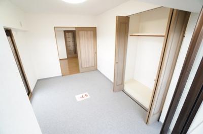 【南側洋室約6.1帖】 たっぷり収納! コートやスーツだけでなく、収納棚を中にしまえば ニットやパンツも中にしまえて お部屋をすっきりとお使いいただけます! お部屋のコーディネートと幅が広がります♪