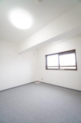 【北西側洋室約5.7帖】 (サービスルーム) こちらの部屋からも、壁付けエアコンが付けられるよう フラワーボックスへ配管を出せる穴を設置。 床の絨毯は新しくて気持ち良さそうですね!