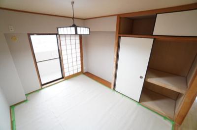 【明るい和室がポイント!】 リビングに繋がる和室ですが、 こちらもメインバルコニーに面しており とても明るくリビングと一体として使用すれば、 約23帖の大空間が生まれます!