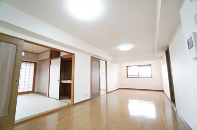 【約17.2帖のLDK】 廊下との段差は巾木1枚強の高さ。 細長い雰囲気のリビングですが、 割と家具の配置はし易そうです。 新規のダウンライトも設置され、 梁型も織り上げ天井風にデザインされてます!