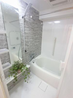 浴室乾燥機付のユニットバスです。 追い焚き機能も付いており、帰宅時間がバラバラでも暖かいお風呂にいつでも入浴できます。
