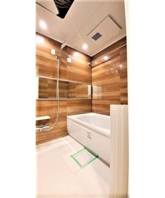 木目調の壁で温かみのある浴室です。浴室乾燥付きで花粉や雨の日のお洗濯も楽々。