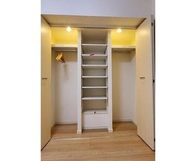棚が備え付けてあるため、小物類の整理整頓もしやすそうですね。