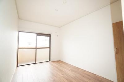 【西側洋室約6帖】 穏やかな風と陽光を導き、 プライバシーに配慮された設計プランを採用し、 居住性を一段と心地よいものにしています。 さらに、間口を広く設けることで、 明るく開放的な空間を演出!