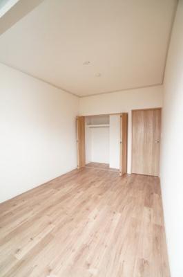 【西側洋室約6帖】 メインバルコニーに面する居室は とても明るく主寝室向きです。 また、クローゼットも完備。 荷物も部屋に溢れる事なく広く使えそうですね。