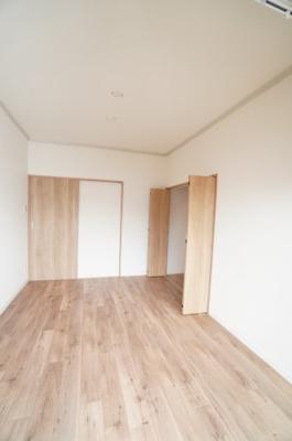 【部屋全体の調和がポイント!】 シンプルに纏められた洋室部分。 クロスとフローリングは主張せず、 お好みのインテリアを活かしたレイアウトが実現します。