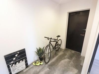 玄関部分です。たっぷり収納できるシューズボックス付♪ 玄関は広々しており自転車も置けます。
