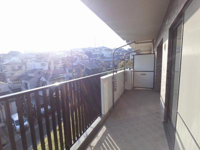 27.09平米のバルコニーです。 全居室がバルコニーに面しており日当たり・風通し◎
