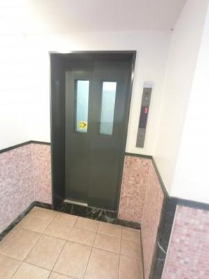 エレベーター付きマンションです。 お買い物やベビーカーの出し入れに便利です。