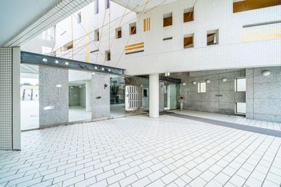 総戸数21戸、外壁白タイル張りのデザイナーズマンション。