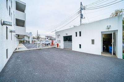 住環境に配慮された第一種低層住居専用地域の閑静な住宅街。