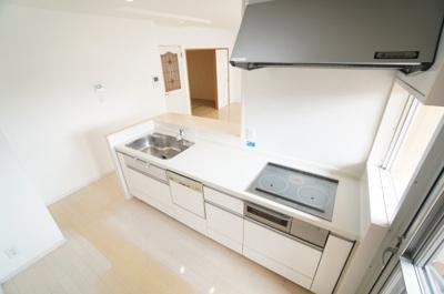 【機能充実!】 浄水器一体型ハンドシャワー水栓、 一度に5人分の食器が洗える食器洗い乾燥機、 IHクッキングヒーターも装備しました。