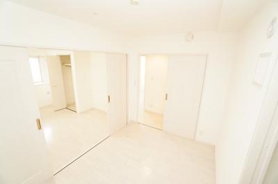 【北西側洋室約7帖+中洋室約5帖】 2枚引戸で仕切れるこの部屋は、 どちらのお部屋にも壁付けエアコンを設置することができます。 両方の部屋を続き間としても使用でき、 主寝室に向いているかもしれません