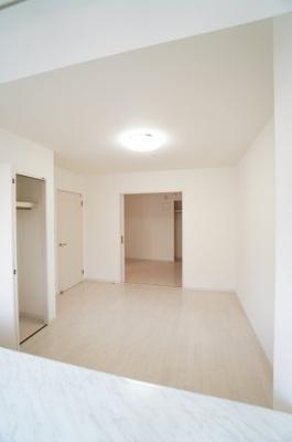 【北西側洋室約7帖+中洋室約5帖】 2枚引き戸で仕切れば単独で居室としての 利用もできます。 クローゼットの容量もあるので、使い勝手が 良い部屋に仕上がってます。