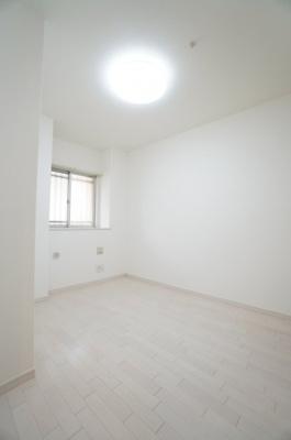 【北東側洋室約5.0帖】 居室にはクローゼットを完備し、 自由度の高い家具の配置が叶うシンプルな空間です。 お子様の成長と必要になる子供部屋にするには ぴったりの間取りですね。