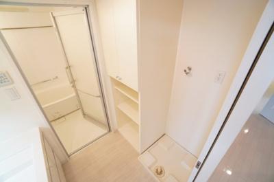 【パウダールーム】 嬉しい棚付きの洗濯機置場! しかも装着が楽なワンタッチ式の給水栓! ドラム式の洗濯機も入るサイズですが、 お手持ちのサイズが入るか要確認です!