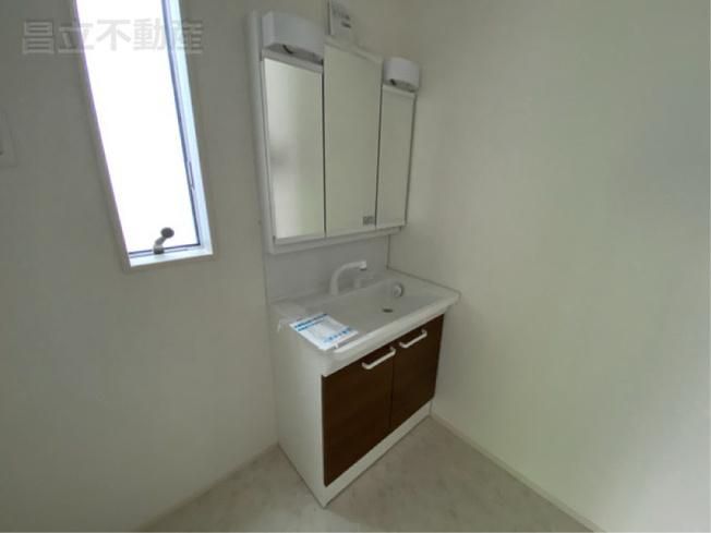 三面鏡の洗面化粧台です。