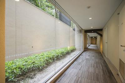 まるでホテルのようなゆとりのある共用廊下スペースです。