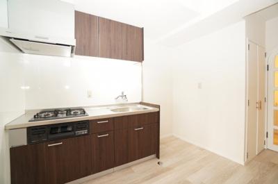 【使いやすさ!】 新規交換のシステムキッチンです。 大きなシンクにゆとりある作業スペース、 お料理もお掃除もしやすい3つ口コンロ、 収納もあり使いやすいキッチンです。