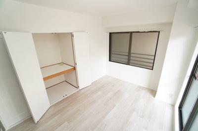【北西側洋室約5.5帖】 居室にはクローゼットを完備し、 自由度の高い家具の配置が叶うシンプルな空間です。 お子様の成長と必要になる子供部屋にも ぴったりの間取りですね。