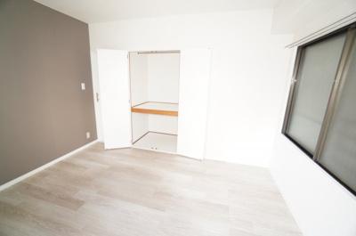 【北西側洋室約5.5帖】 たっぷり収納! コートやスーツだけでなく、収納棚を中にしまえば ニットやパンツも中にしまえて お部屋をすっきりとお使いいただけます! お部屋のコーディネートと幅が広がります♪